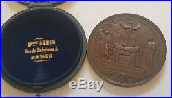 Belle et grande médaille de baptême attribué