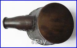 CHINE XIXe siècle Fer à repasser en bronze à décor archaïsant China iron