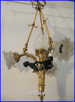 Lustre en bronze de style Louis XVI aux trois puttis 4 lumières XIX ème siècle
